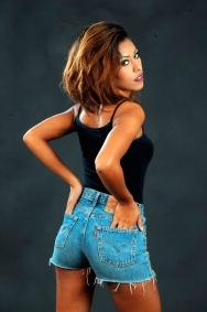 donna giovane con calzoncini di jeans